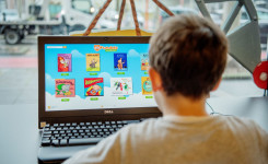 kind speelt met Fundels op laptop